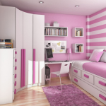 Бело-розовые полосы для интерьера маленькой спальни