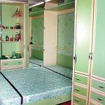 Большая кровать для маленькой спальни