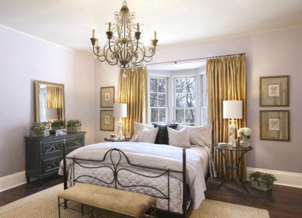 Большая светлая спальня с окном необычной формы