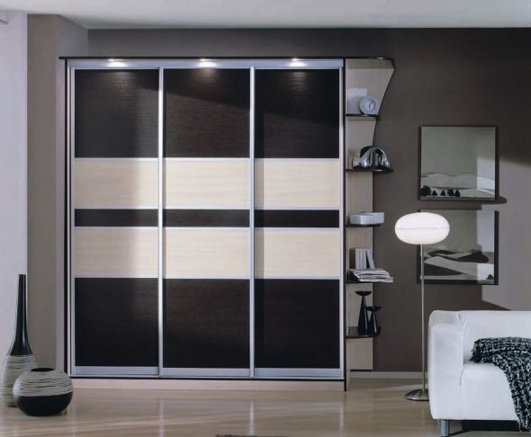 Черно-белый шкаф-купе с верхней подсветкой