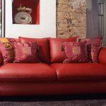 Декоративные подушки для красного дивана