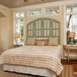 Деревянные окна вместо изголовья кровати в интерьере спальни