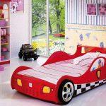 Детская кровать для мальчика в виде красного авто
