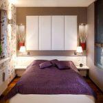 Дизайнерское решение для узкой спальни-кровать вдоль окна