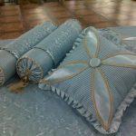 Голубые подушки разной формы