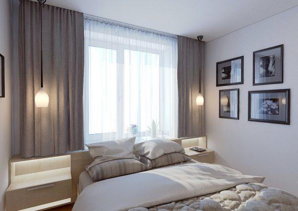 Интерьер небольшой спальни с кроватью, расположенной посредине комнаты, изголовьем к окну