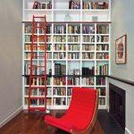 Комната для чтения с комфортабельным креслом