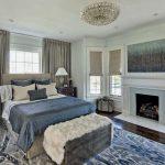 Комната в загородном доме с камином и огромной кроватью у окна