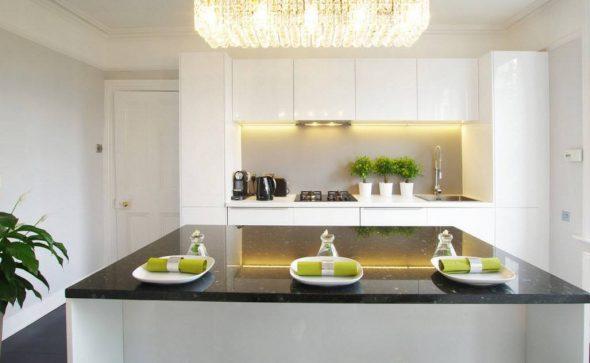 Красивая белая кухня с правильным освещением