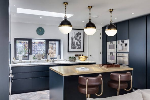 Красивая современная кухня в темных тонах