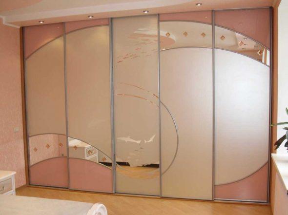 Красивый встроенный шкаф с дополнительным освещением