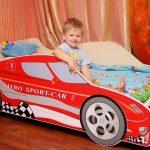 Красная кровать в виде спортивной машины