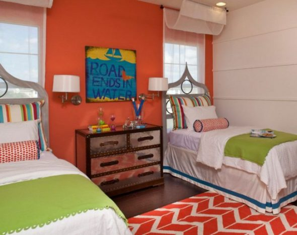 Детская комната с двумя кроватями к окну
