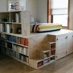 Кровать-подиум с встроенным книжным шкафом в интерьере
