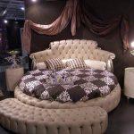 Кровать с мягким изголовьем для спальни в стиле модерн