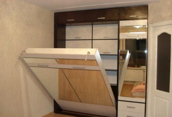 Кровать-трансформер с зеркальным шкафом