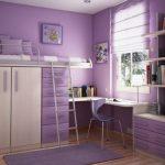 Маленькая и уютная обустроенная комната в фиолетовых тонах