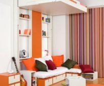 Маленькая комната с кроватью вверху