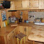 Маленькая кухня для дачного домика из дерева