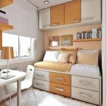 Маленькая обустроенная комната в пастельных тонах