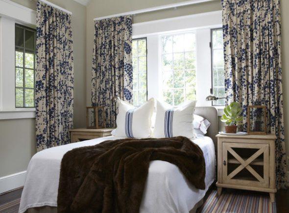 Маленькая спальня в стиле рустик с изголовьем у окна