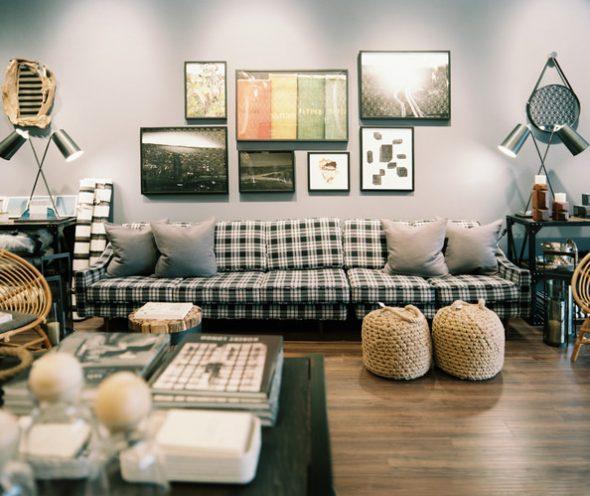 """Модный """"шотландский"""" диван с однотонными подушками"""