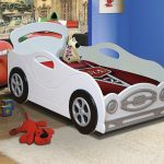 Необычная белая кровать-машина