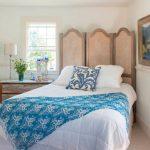 Нетривиальное решение - кровать по диагонали возле окна
