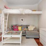 Обустроенное спальное место в маленькой гостиной