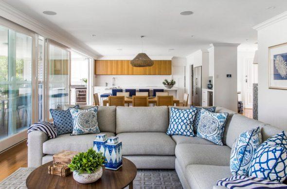 Оригинальный «набор» диванных подушек, выполненных с использованием одних сочетаний цветов