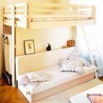 Отличное решение для экономии места - встроенная мебель