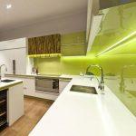Подсветка на кухне зеленого цвета