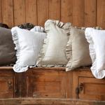 Подушки с рюшами для деревянной скамейки