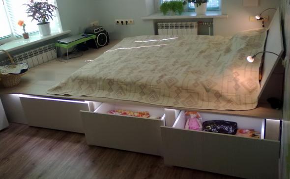 Постоянная кровать на подиуме