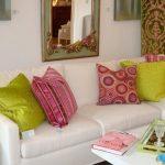 Разноцветные яркие подушки в интерьере