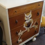 рисунок сови на старом комоде