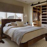 Роскошная современная спальня с встроенным гардеробом и кроватью у окна