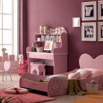 Розовая кровать-автомобиль в интерьере