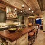 Шикарная кухня-столовая с мебелью под старину