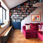 Шкаф для книг необычной формы на мансардном этаже