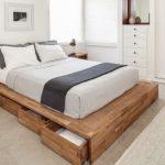 Скандинавская спальня с деревянной кроватью-подиумом