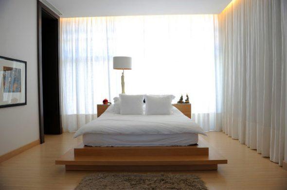 Современная спальня с большим окном