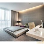 Современная спальня с мягким подиумом для кровати