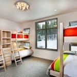 Спальня для многодетной семьи с маленьким окном для каждой кровати