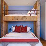 Спальня в стиле рустик с большой кроватью-чердак