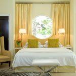 Спальня с окном необычной формы