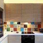 Стильная кухня с плиткой мозаикой и подсветкой рабочей поверхности
