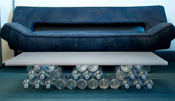 Стол из пластиковых бутылок для гостиной