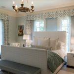 Светлая и стильная спальня с кроватью с большими спинками