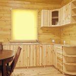 Светлая и уютная деревянная кухня